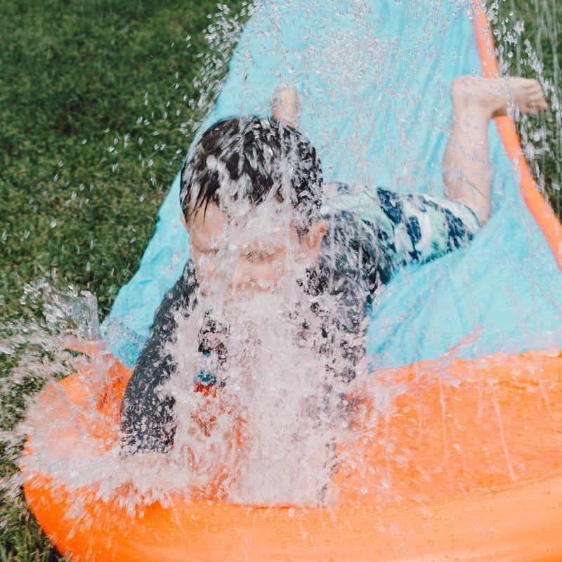 Niño en un tobogán de agua
